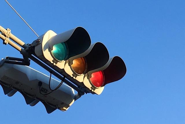 信号の赤も警告色